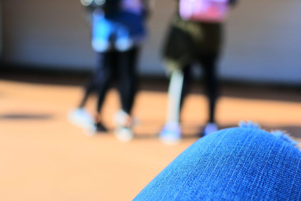 ジェットコースターに躊躇する女子中学生たち