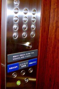 エレベーターは鍵付き