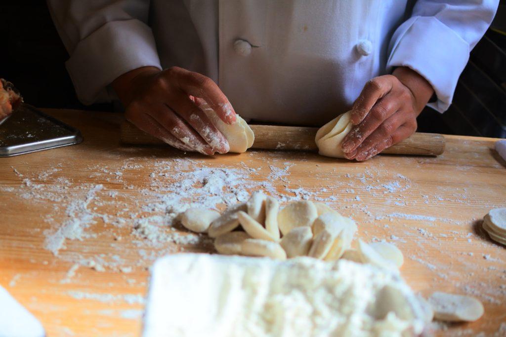 食べ放題の店舗で小籠包の皮を作ってる職人さん
