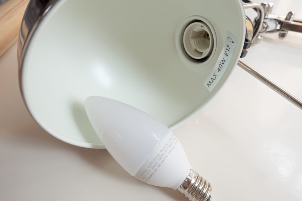 IKEAのワークランプ(FORSÅ フォルソー)の電球はLEDARE レーダレ