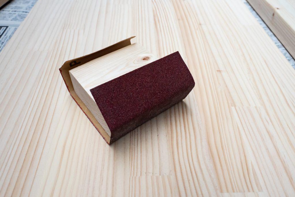 パイン材を紙やすりで磨く