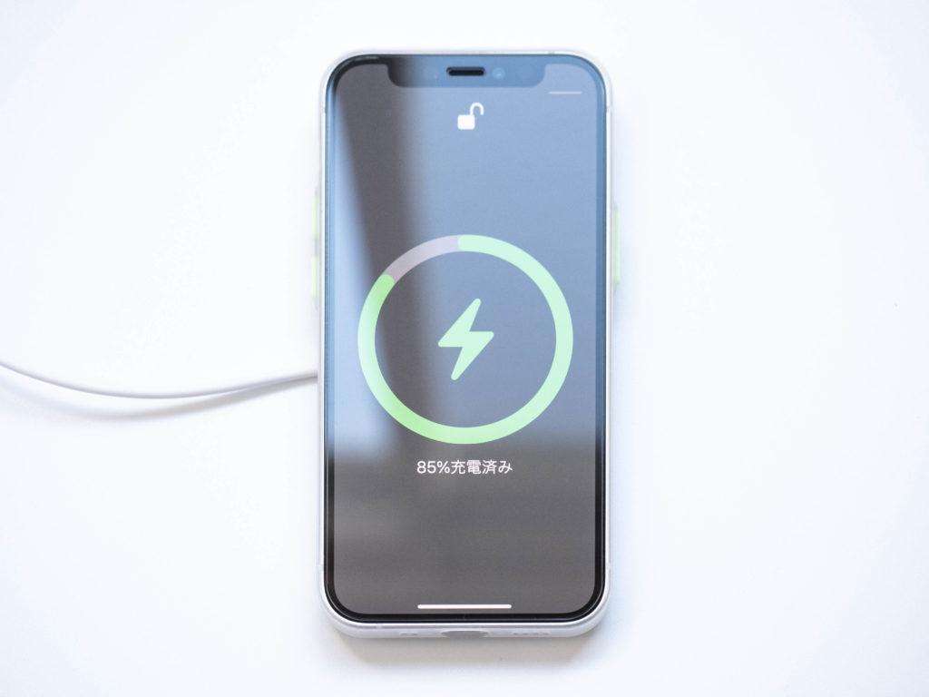 Magsafe充電器でiPhone12 miniを充電する