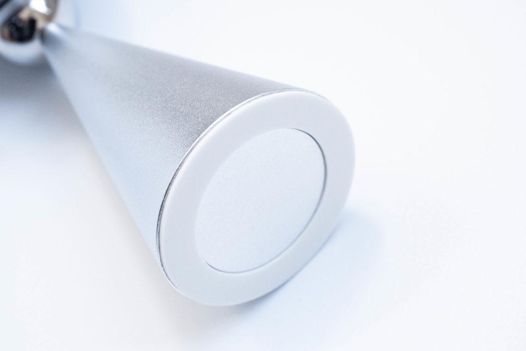 Magsafe対応スマホスタンドの裏はクッション性のある両面テープ