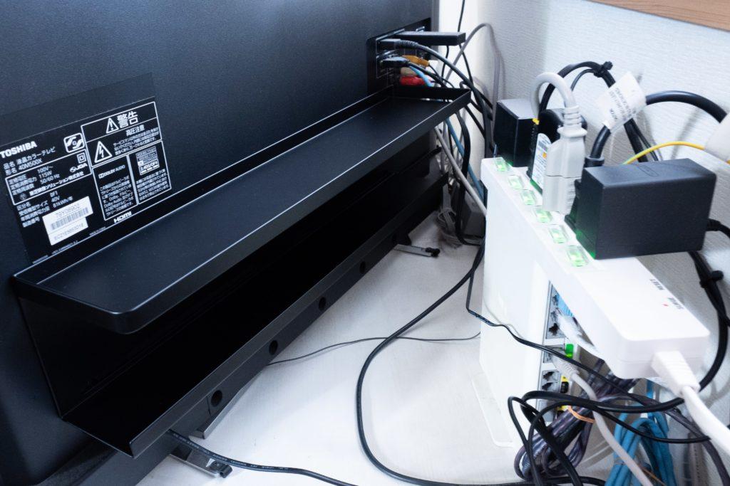 山崎実業「テレビ裏収納ラック」は壁掛け用の穴(VESA規格)に取り付ける