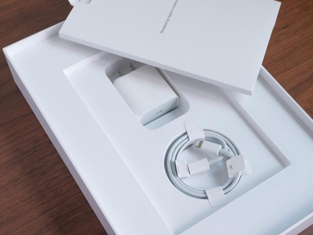 iPadの箱の中に充電ケーブルと充電アダプタ