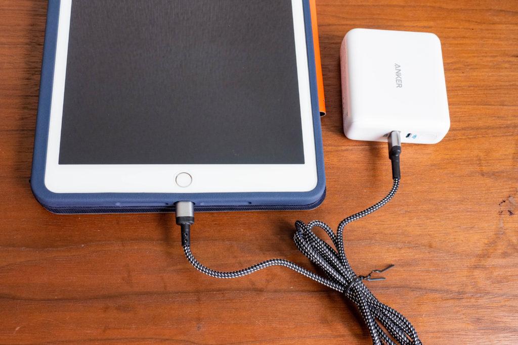 iPad8をマグネット式充電器で充電する