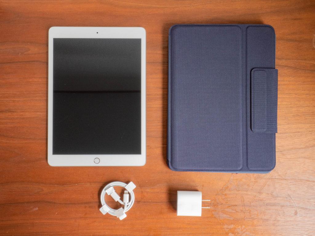 学校からの配布状態、iPad/充電アダプタ/充電ケーブル/キーボード付きケース