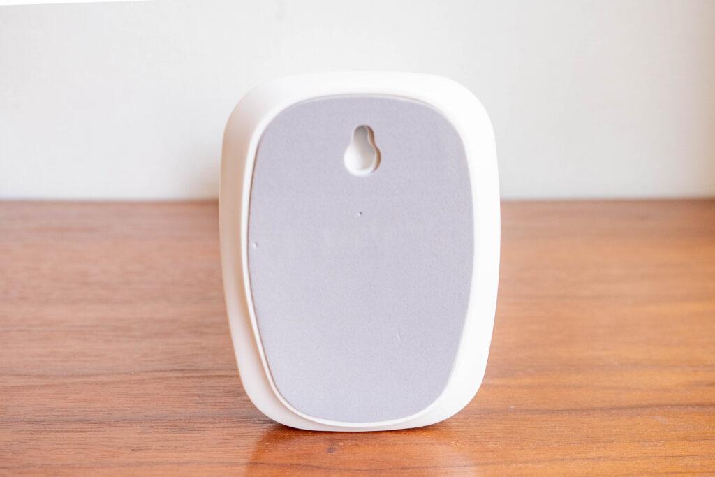 コンパクトクリップ式扇風機の台座はクッションが付いている。壁掛け用の穴もある
