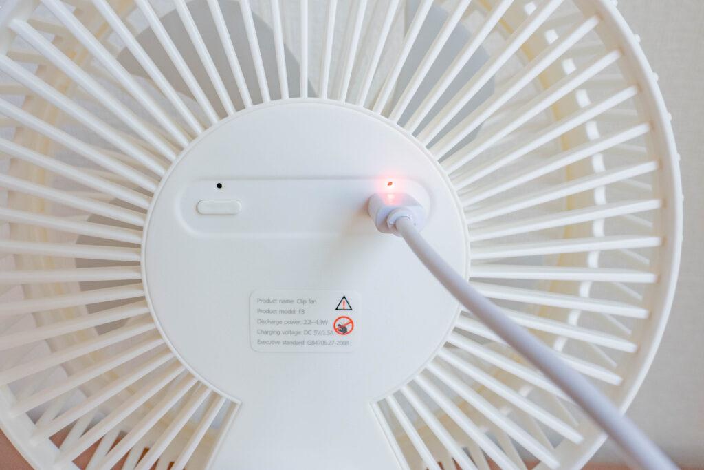 コンパクトクリップ式扇風機はmicroUSBで充電