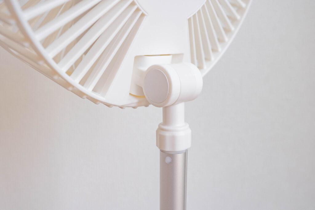 コンパクトクリップ式扇風機は上下180°回転させられる。