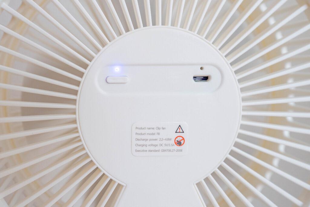 コンパクトクリップ式扇風機の首振り時は青ランプが点く