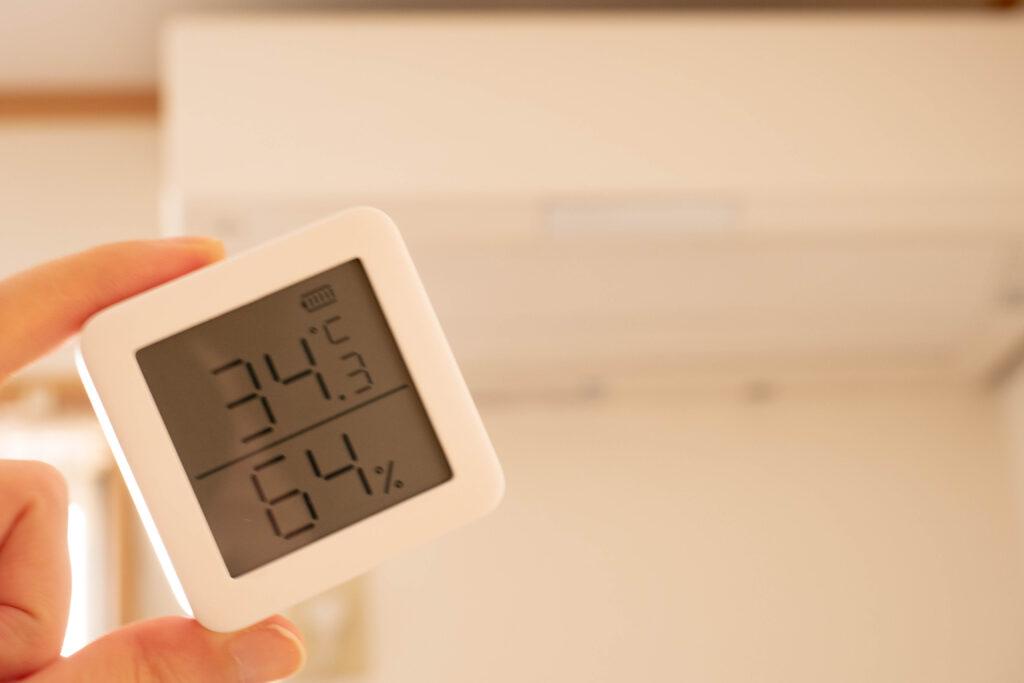 switchbotは温度変化によって自動でエアコンをつけられる。