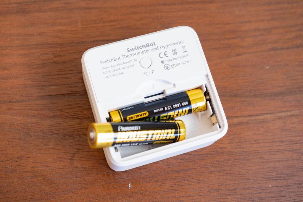 switchbotは単四電池2本で可動する