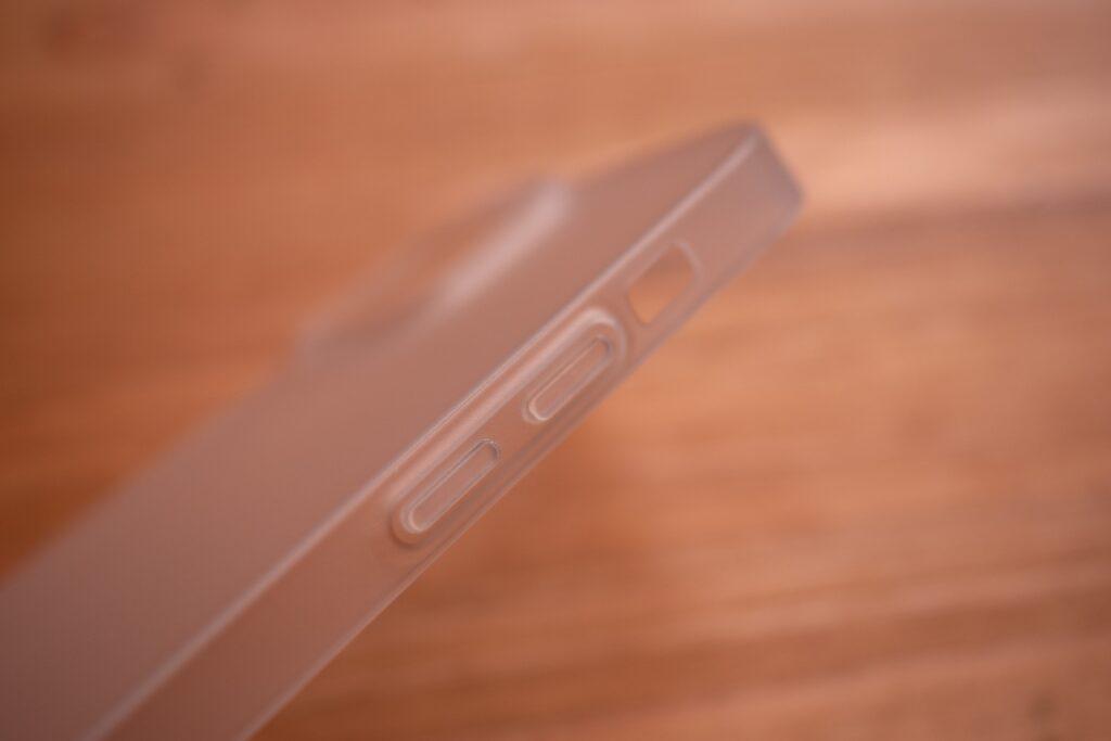 iPhone13miniのケース「0.35」のボタン部分